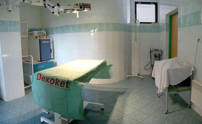Na druhou vyšetřovnu z jedné strany navazuje RTG pracoviště s vysokofrekvenčním RTG přístrojem a fotokomorou a ze strany druhé chirurgický sál pro břišní a kostní chirurgii.